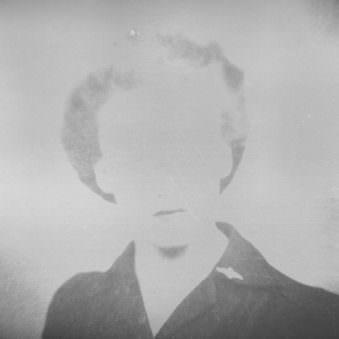 Historisches Passfoto in schwarzweiß mit unkenntlich ausradiertem Gesicht.