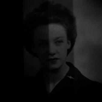 Dunkle Aufnahme einer jungen Frau mit historischem Touch.
