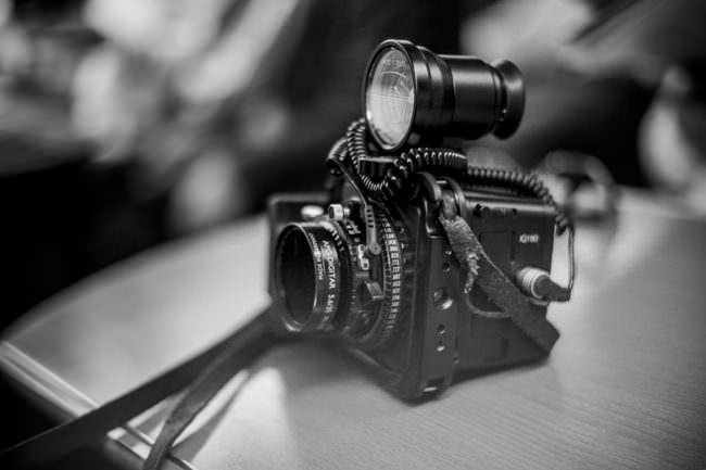 Bild einer Kamera in schwarzweiß mit einem runden Aufsatzokular.