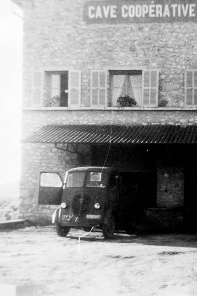 Ein Auto unter einem Dach