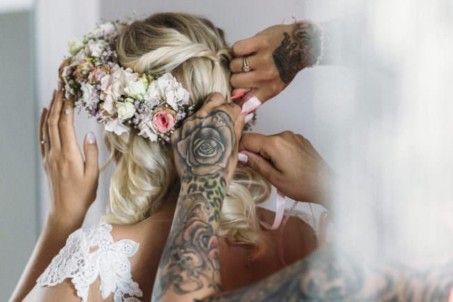 Eine Frau bekommt Blumen ins Haar
