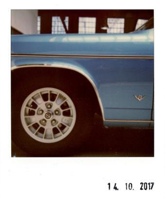 Detail eines blauen Autos