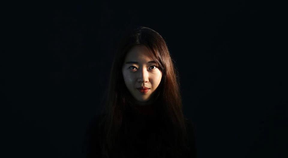 Portrait einer jungen Frau auf schwarzen Hintergrund