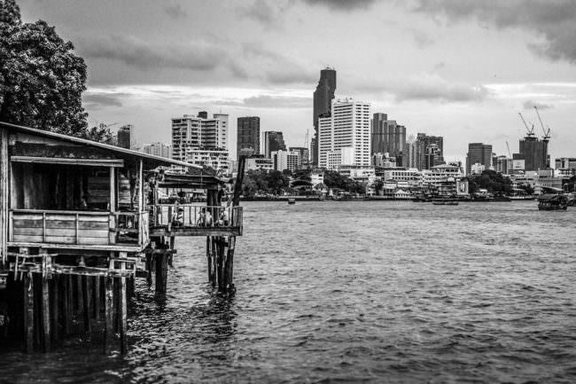 Ein Gewässer mit Großstadt im Hintergrund