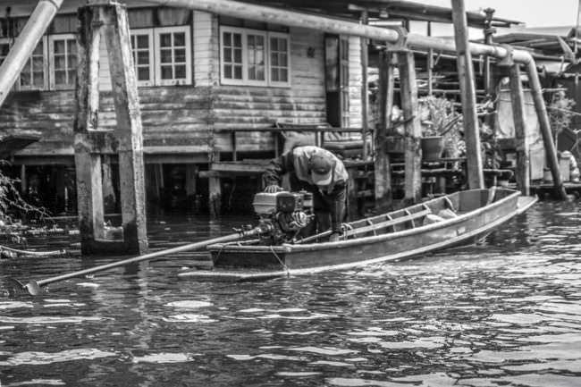 Ein Mann startet ein Boot