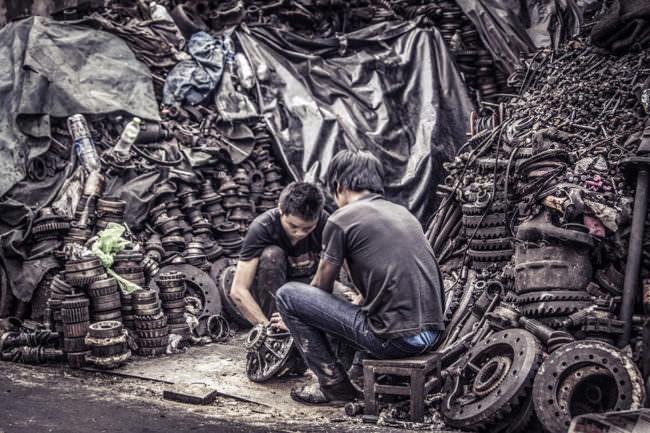 Zwei Männer vor einem Jaufen Metallgegenständen