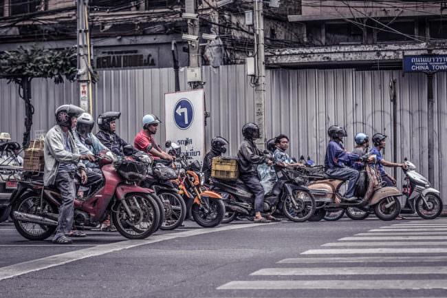 Motorräder und Roller auf einer Straße