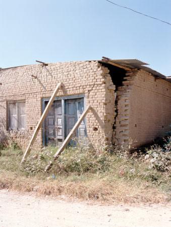 Ein Haus wird von Stützen gehalten