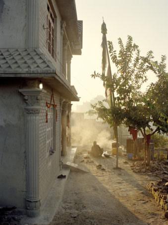 Staub weht entlang eines Hauses