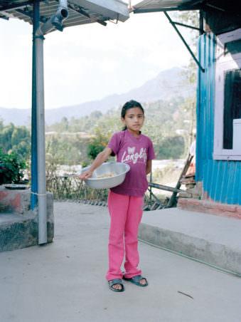 Ein Mädchen mit einer Schüssel