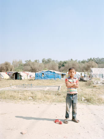 Ein Kind vor einem Zeltager