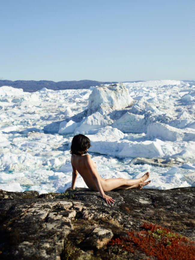 Eine Frau betrachtet Eisschollen