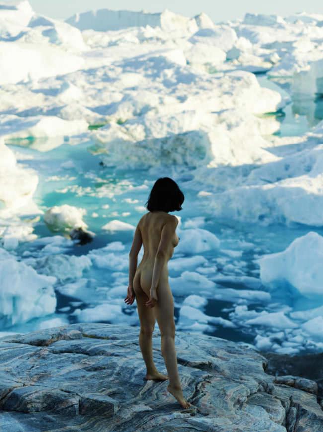 Eine Frau vor Eisschollen
