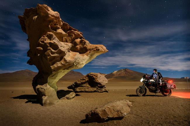 Motorradfahrer vor Steingebilde