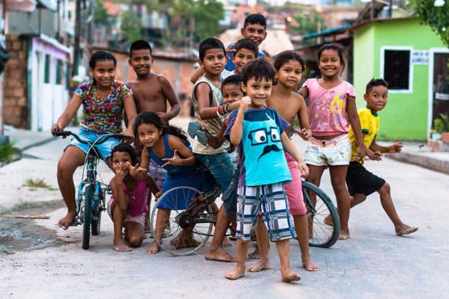 Eine Gruppe Kinder posiert