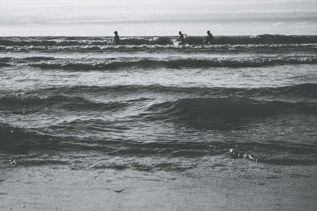 Drei Menschen im Meer