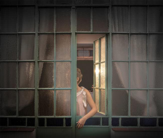 Eine Frau hält den Arm durch ein Fenster