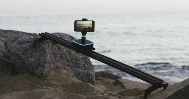 Ein Kameraslider mit einem Smartphone.