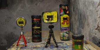 Farbbild von 5 unterschiedlichen handgemachten Lochkameras aus alten Dosen.