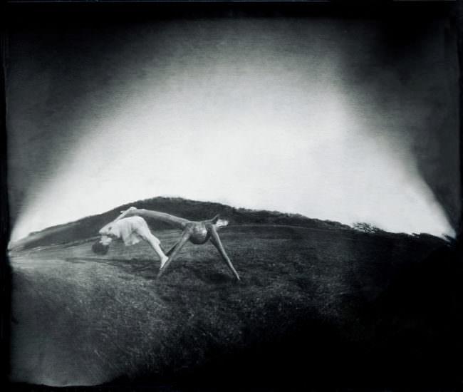 Figuren auf einer Wiese in schwarzweiß mit akrobatischen Übungen.