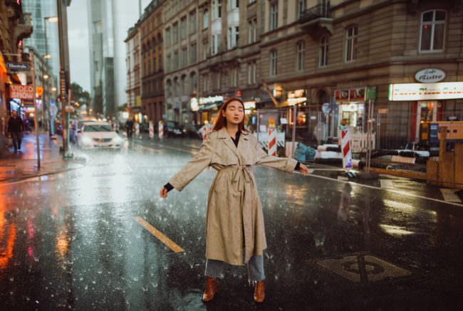 Eine Frau im Regen auf der Straße