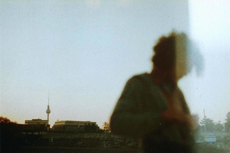 Schatten einer Person in einer Fensterscheibe gespiegelt