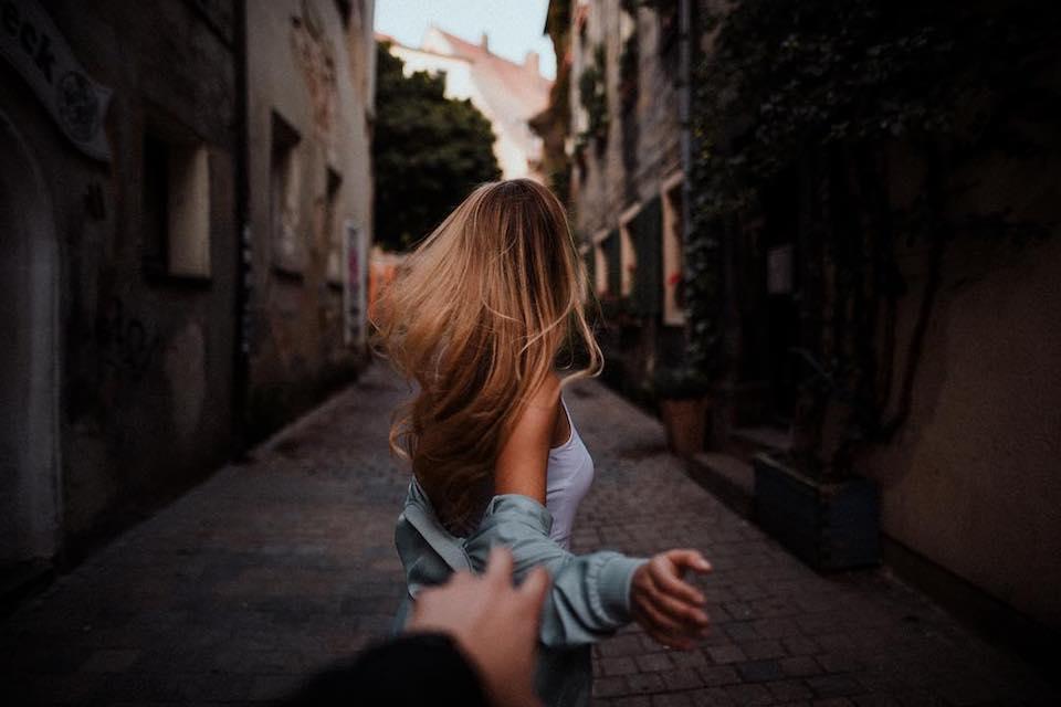 Eine Frau, die eine Straße entlang läuft.