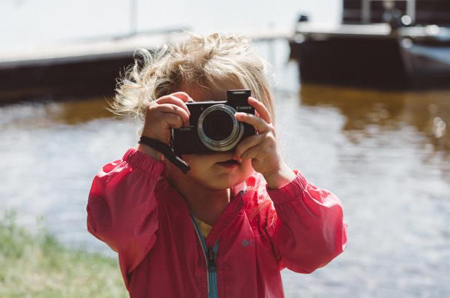 Ein Kind mit Kamera