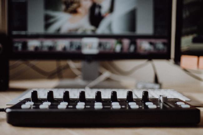 Ein MIDI-Gerät dass vor einem Computerbildschirm liegt.