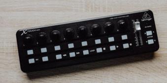 Ein MIDI-Gerät von oben fotografiert.
