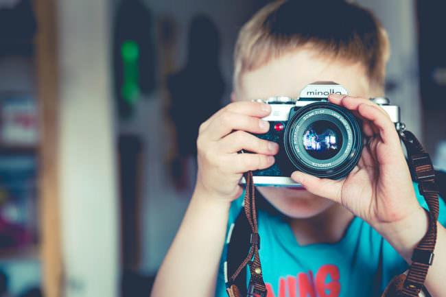 Ein Junge mit Kamera