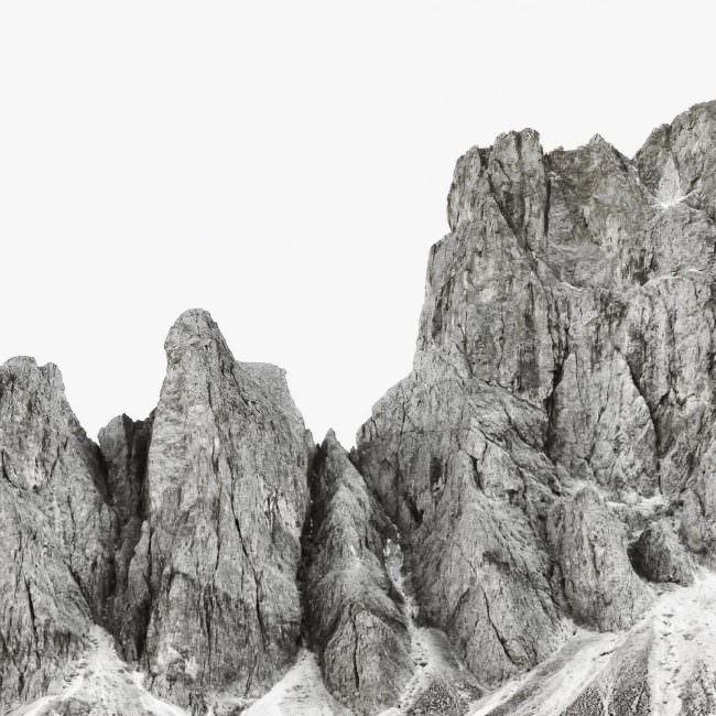 Schwarzweißaufnahme von einer felsigen Bergkannte.