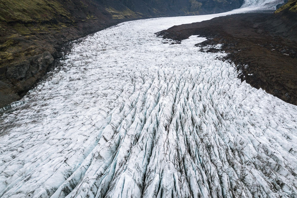Eine Eisfläche in den Bergen.