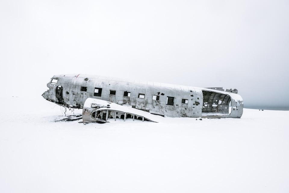 Ein Flugzeugwrack im Schnee.