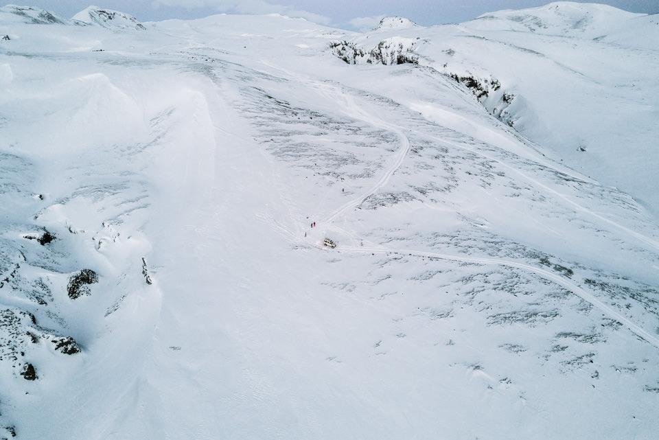 Eine Schneefläche in den Bergen.