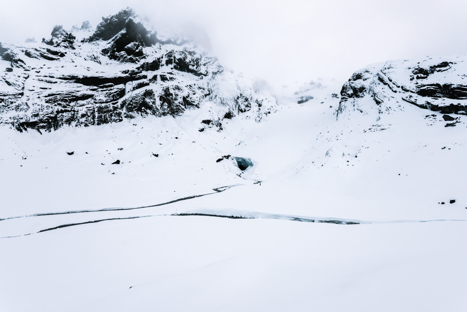Verschneite Berge mit viel Nebel.