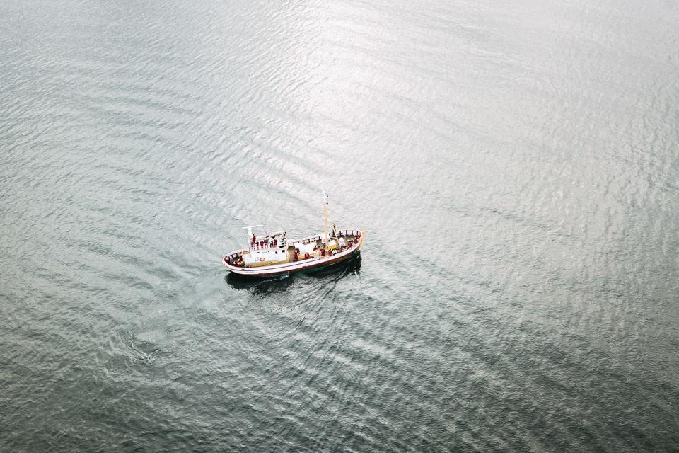 Minimalistische Aufnahme eines Bootes auf dem Meer.