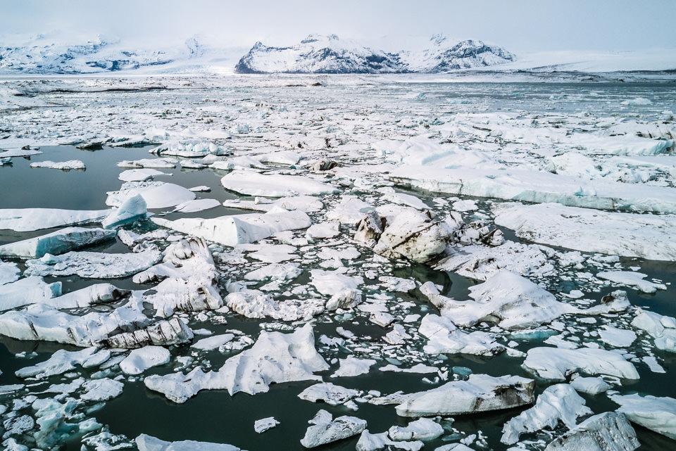 Eisschollen auf einem See.