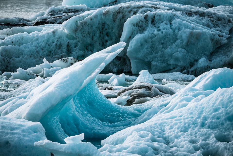 Mehrere Eisschollen am Meer.