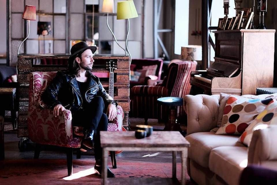 Ein Mann, der auf einem Sessel sitzt.