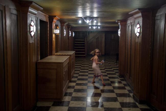 Ein Kind rennt in einem Flur