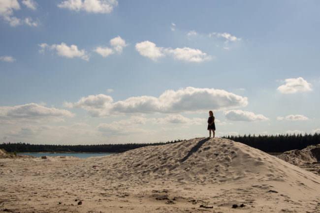 Ein Kind auf einem Sandberg