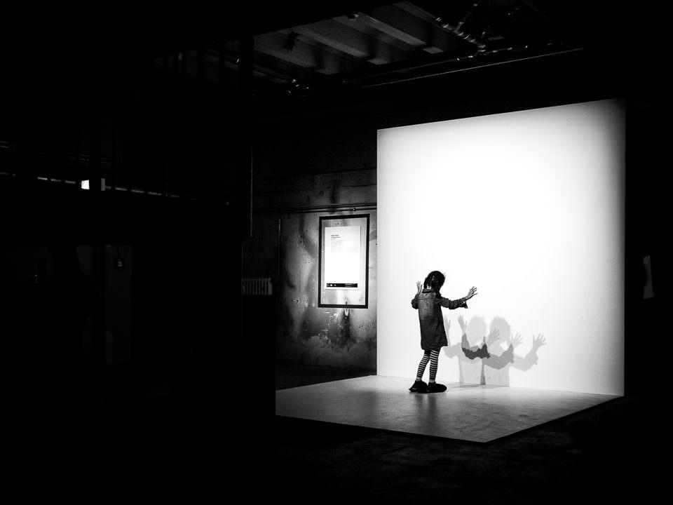 Ein Kind spielt mit Schatten