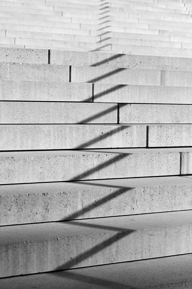 Ein Zickzack-Schatten auf einer Treppe
