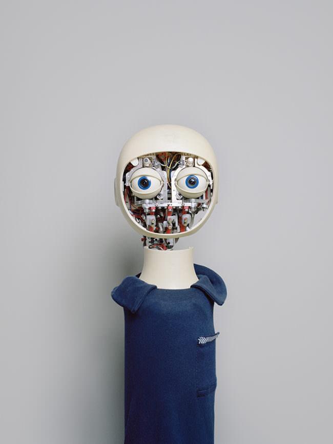 Abbildung einer menschlich anmutenden Roboterpuppe.