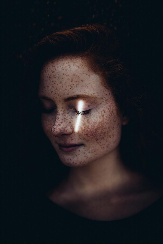 Portrait mit Lichtfleck vor dem Auge