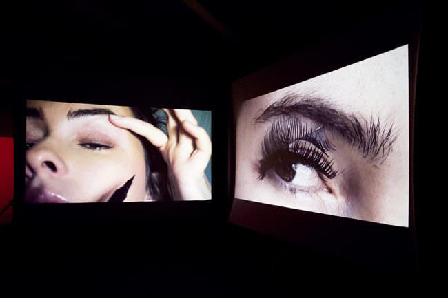 Zwei Ausschnitte des Gesichts einer jungen Frau, die sich gerade schminkt.