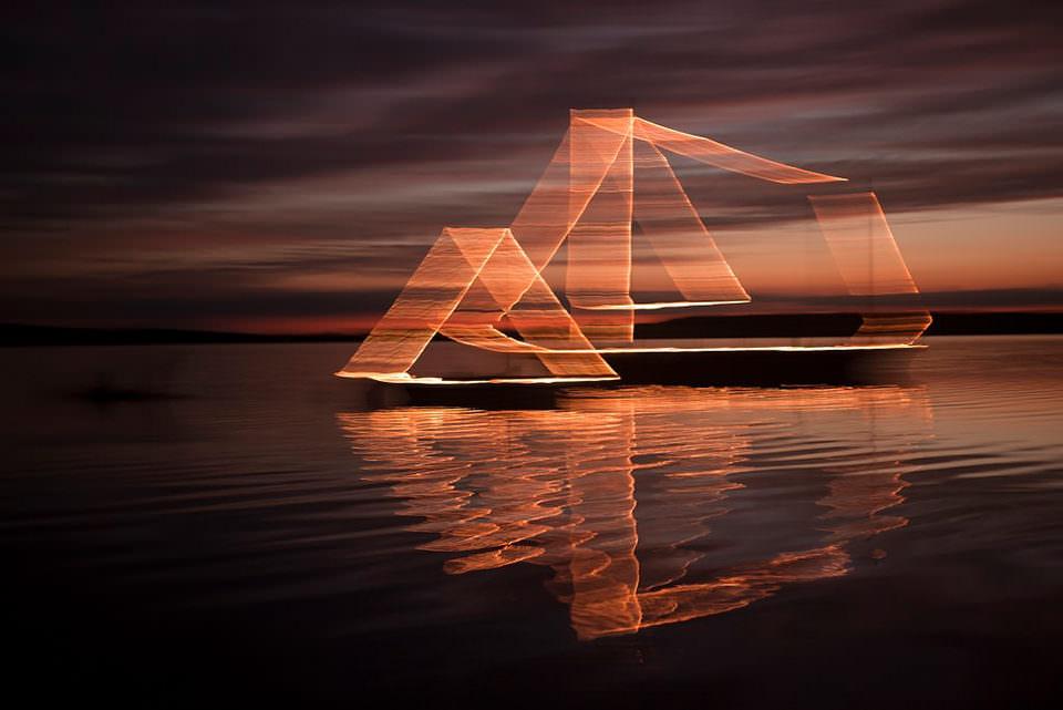 Ein beleuchtetes Schiff