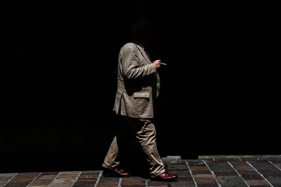 Ein Mann ohne Kopf auf der Straße