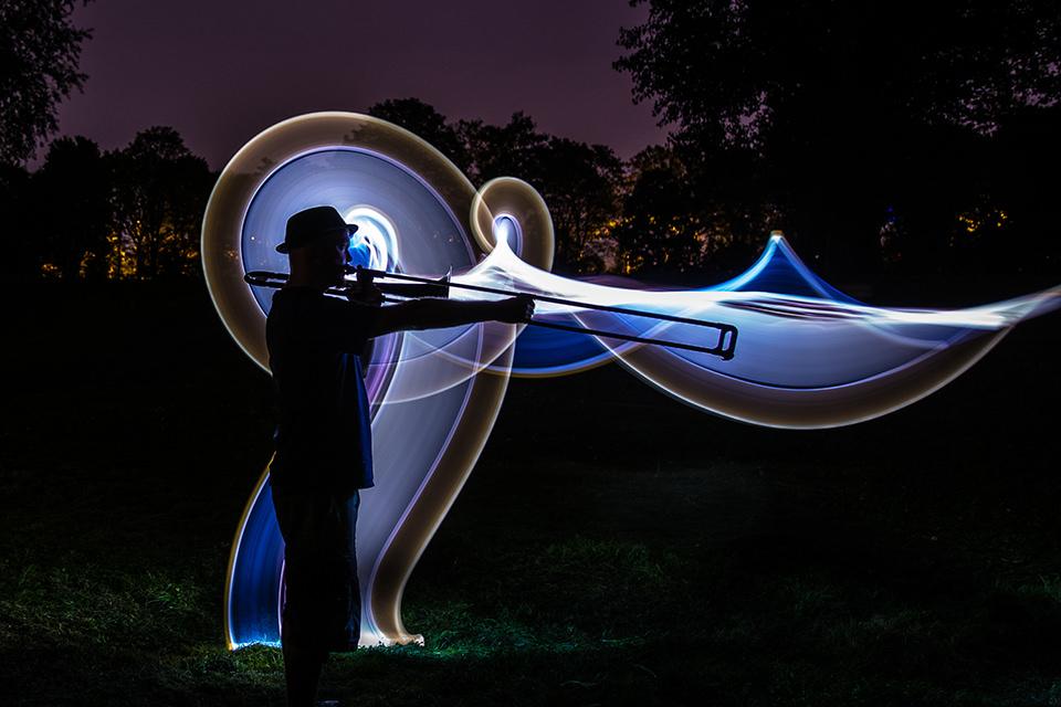 Mann mit Posaune und Lichtspuren